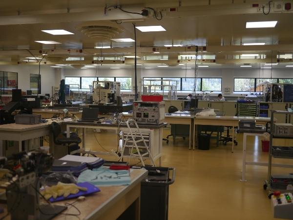 """""""Salle blanche"""" : salle de travail totalement dépourvue de poussières."""